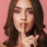donna che incita il silenzio